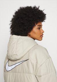 Nike Sportswear - CORE - Zimní kabát - stone/white - 4