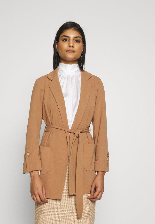BELTED JACKET STRETCH CREPE - Lehká bunda - light brown