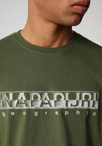 Napapijri - SALLAR - Print T-shirt - green cypress - 2
