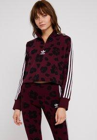 adidas Originals - BELLISTA ALLOVER PRINT PULLOVER - Sweatshirt - maroon/black - 0