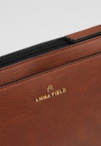 Anna Field - Håndveske - cognac - 6