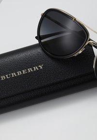 Burberry - Lunettes de soleil - brushed light gold/black/ polar grey - 2