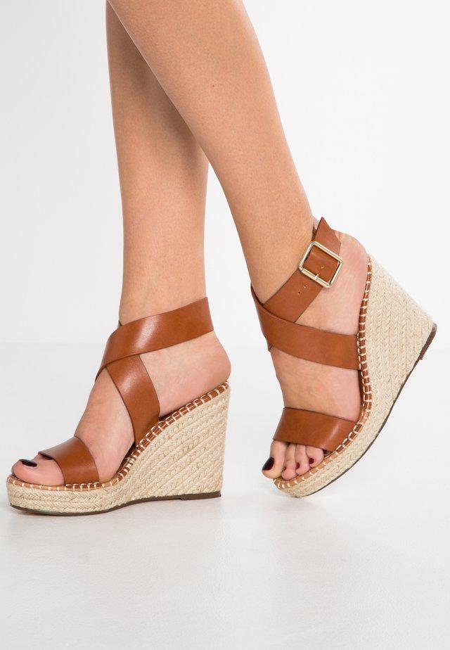 Sandały na obcasie - camel