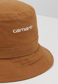 Carhartt WIP - SCRIPT BUCKET HAT UNISEX - Hoed - hamilton brown/white - 5
