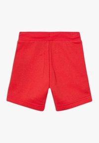 Converse - PRINTED CHUCK PATCH - Pantalon de survêtement - university red - 1