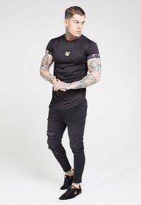 SIKSILK - T-shirt con stampa - black - 3