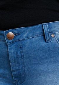 Zizzi - EMILY SLIM LEG - Shorts - light blue denim - 4