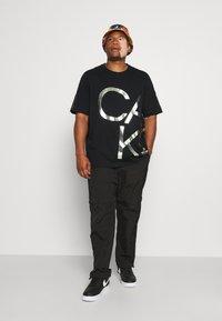 Calvin Klein - BIG LOGO - Print T-shirt - black/silver - 1