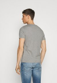 Tommy Hilfiger - SMALL LOGO TEE - T-shirt imprimé - grey - 2