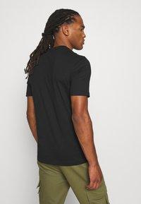 Calvin Klein - SPLIT LOGO - T-shirt imprimé - black - 2