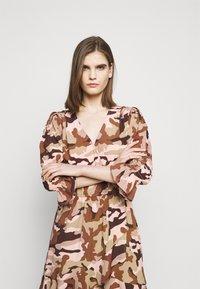 True Religion - Denní šaty - camouflage peach - 3