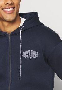 Jack & Jones - JORPRESTON ZIP HOOD - Bluza rozpinana - navy blazer - 4