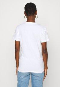 Calvin Klein Jeans - IRIDESCENT METALLIC LOGO TEE - Triko spotiskem - bright white - 2