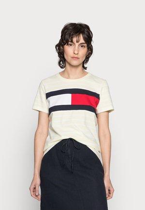 TEE REGULAR FIT FLAG - T-shirt z nadrukiem - classic brenton/frosted lemon