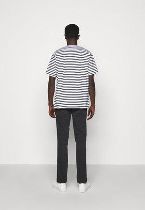 KURT - T-shirt imprimé - navy stripe