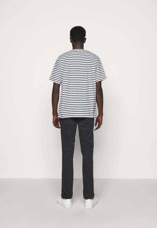 KURT - T-shirt print - navy stripe