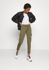 Noisy May - NMSEJLA CASUAL TROUSER - Trousers - ivy green - 1