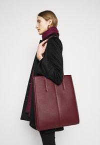 MAX&Co. - EUFORIA - Shoppingveske - bordeaux - 0