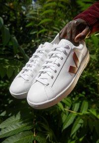 Veja - URCA - Sneakers basse - white/marsala/black - 2
