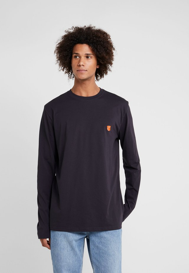 DAVID - Langærmede T-shirts - dark navy/orange teddy