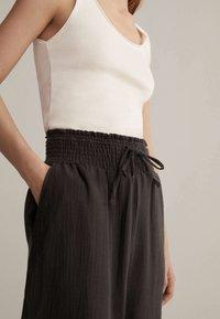 OYSHO - Pantalon de survêtement - brown - 3