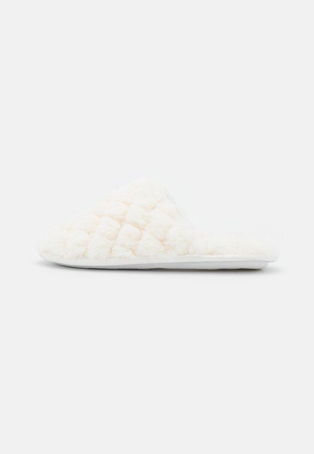 FERLA - Matalakantaiset pistokkaat - white