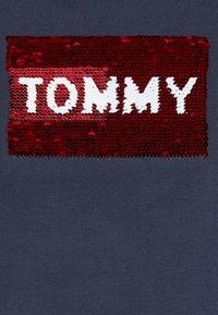 Tommy Hilfiger - FLAG FLIP SEQUINS TEE - T-shirt print - blue - 2