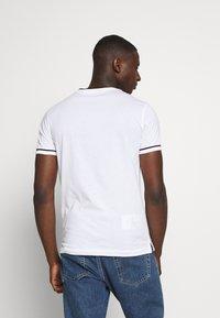 Calvin Klein Jeans - TIPPING CK ESSENTIAL TEE - Print T-shirt - bright white - 2