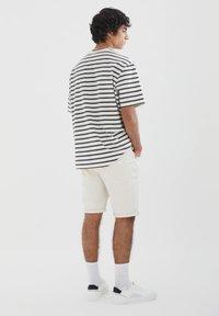 PULL&BEAR - SLIM-FIT  - Jeansshorts - mottled beige - 2