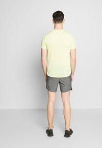 Nike Performance - CHALLENGER SHORT - Pantaloncini sportivi - iron grey - 2