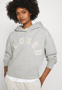 CLOSED - HOODIE WITH WHITE LOGO ACROSS CHEST - Sweatshirt - grey - 3