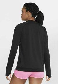 Nike Performance - PACER CREW - Treningsskjorter - black/black - 3