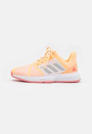 COURTJAM BOUNCE - Tenisové boty na všechny povrchy - acid orange/silver metallic/haze rose
