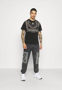 Mennace - ROSEBOWL BANDANA REGULAR - Print T-shirt - black - 1