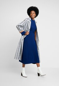 IVY & OAK - MIDI DRESS - Strikket kjole - blue iris - 2