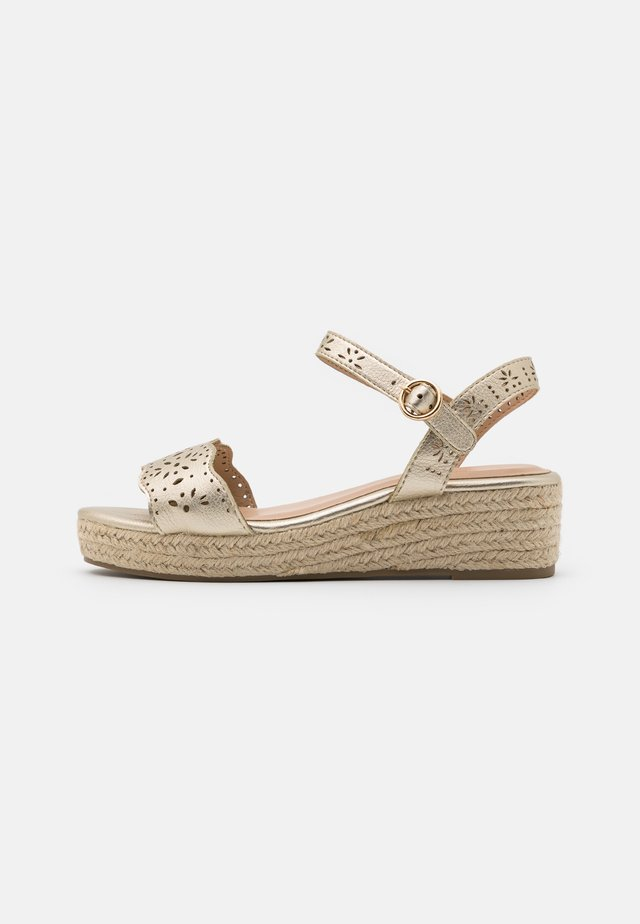 WIDE FIT REBECCA WEDGE - Espadrilles - gold