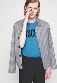 MOSCHINO - Print T-shirt - light blue - 7