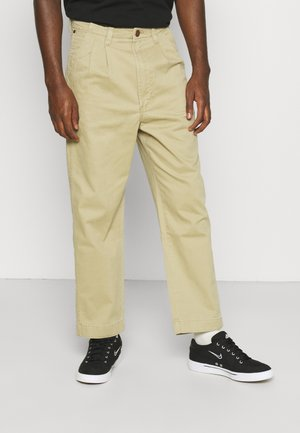 CASEY PLEATED CHINO - Relaxed fit jeans - saddle