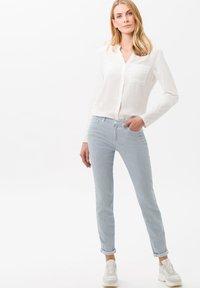 BRAX - STYLE SHAKIRA - Pantalon classique - clean light blue - 1