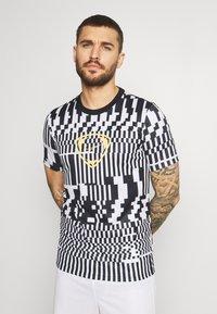 Nike Performance - DRY - T-shirts print - white/black/saturn gold - 0