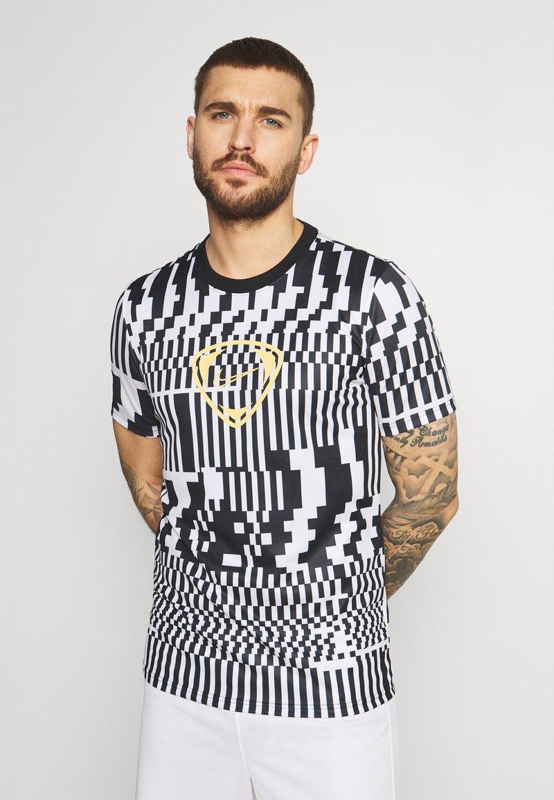 Nike Performance - DRY - T-shirts print - white/black/saturn gold