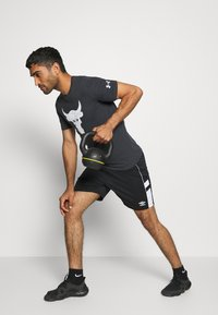Under Armour - ROCK BRAHMA BULL - T-shirt z nadrukiem - black - 1