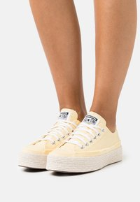 Converse - CHUCK TAYLOR ALL STAR PLATFORM - Trainers - banana cake/white/natural ivory - 0