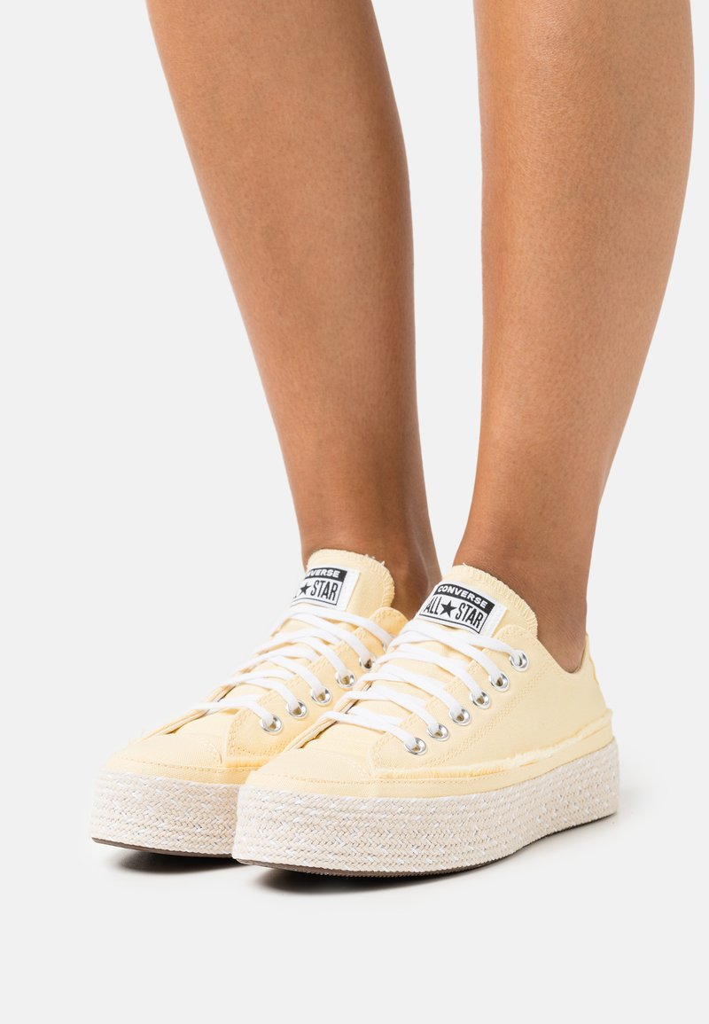Converse - CHUCK TAYLOR ALL STAR PLATFORM - Trainers - banana cake/white/natural ivory