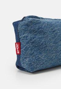 Levi's® - LEVI'S® X PORTO ALEGRE SMALL CONTRAST PENCIL CASE - Jiné doplňky - blue denim - 3