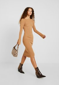 4th & Reckless Petite - COREY MIDI DRESS WITH LOW V SHAPED BACK - Robe pull - camel - 2