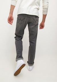Wrangler - TEXAS STRETCH - Jeans straight leg - graze - 3