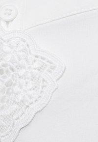 Vero Moda Petite - VMDORTHE 3/4 - Skjorta - snow white - 5