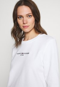 Tommy Hilfiger - REGULAR - Bluza - white - 3