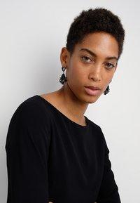 sweet deluxe - TERZIA - Earrings - antikgold-coloured/black - 1